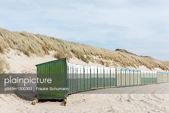 Strand mit Umkleidekabinen - p949m1200303 von Frauke Schumann