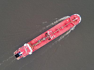 Rotes Tankschiff, Luftaufnahme - p1079m2175936 von Ulrich Mertens