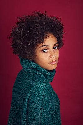 Studio portrait of a girl  - p1323m2065831 von Sarah Toure