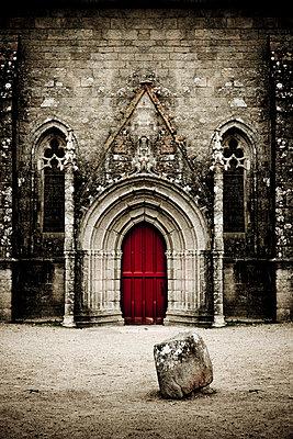 Rotes Kirchenportal - p248m859376 von BY