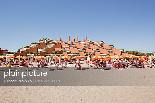 A terrace building near a beach - p1558m2132776 by Luca Casonato
