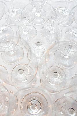 Trinkgläser auf einem Tisch - p1057m1526201 von Stephen Shepherd