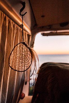 Traumfänger in Campervan im Sonneruntergang am Meer - p1497m2087033 von Sascha Jacoby