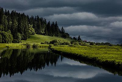 Bergsee mit Gewitterhimmel - p248m1030799 von BY