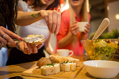 Close-up of female friends preparing dinner together - p300m2024070 by Inner Vision Pro