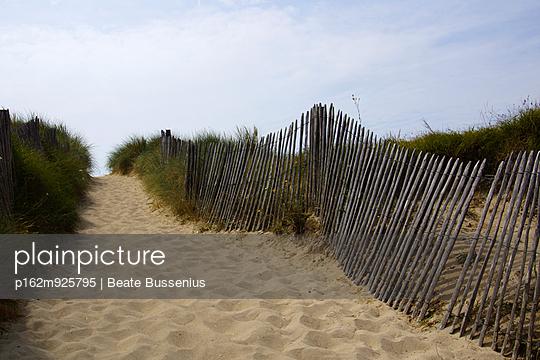 Weg zum Strand über die Düne, vorbei an einem Holzzaun in Regneville-Sur-Mer - p162m925795 von Beate Bussenius