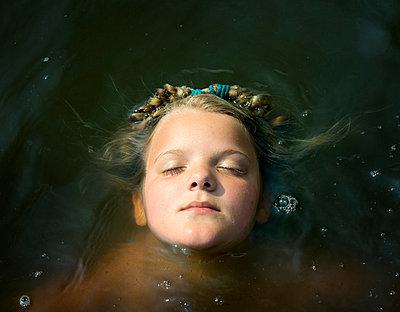 Child in the water - p1132m931853 by Mischa Keijser