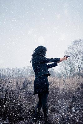 Frau mit Pistole - p470m2064967 von Ingrid Michel