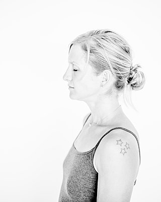 Blond woman with tattoo on upper arm - p552m2289375 by Leander Hopf