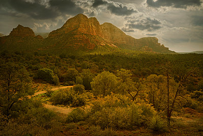 Cliffs overlooking rural landscape, Sedona, Arizona, United States - p555m1454192 by Chris Clor