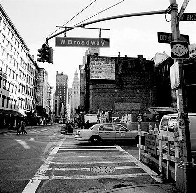 Strassenszene mit Taxi in Manhattan - p627m672329 by Kirsten Nijhof