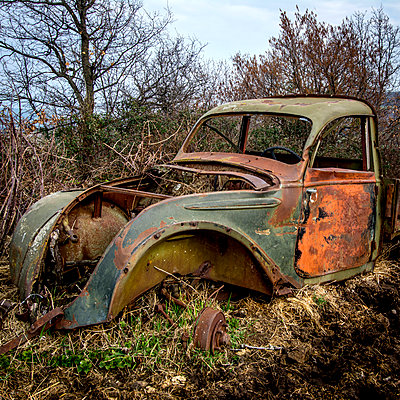 Rusty car wreck in the countryside - p813m1131950 by B.Jaubert