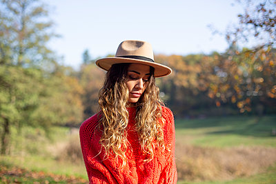 Young woman with hat in a park - p975m2222123 by Hayden Verry