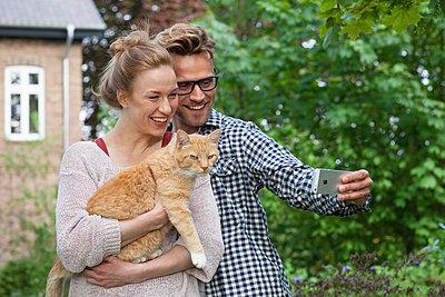 Selfie zu zweit mit Katze - p981m1481269 von Franke + Mans