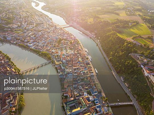 Germany, Bavaria, Passau, city of three rivers, Aerial view of Danube and Inn river - p300m1587516 von JLPfeifer