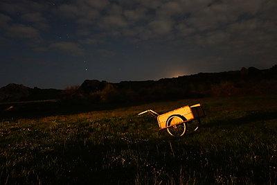 Handwagen auf einem Feld bei Nacht - p1189m1218663 von Adnan Arnaout