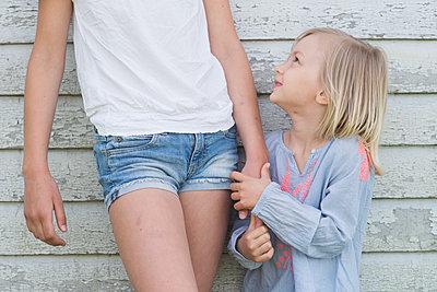 two girls holding hands - p1323m1575269 von Sarah Toure