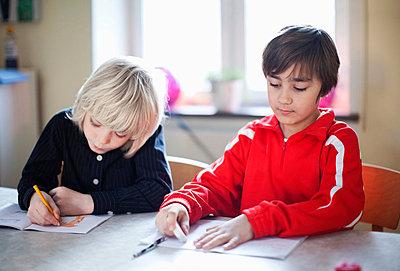 Friends in drawing class - p426m663160f by Maskot
