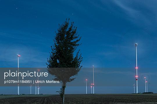 Windpark im Mondschein - p1079m1184951 von Ulrich Mertens