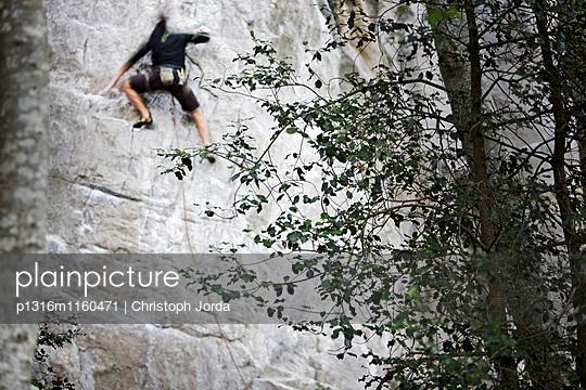 Mann klettert an einer Felswand, Schilthorn, Berner Oberland, Kanton Bern, Schweiz - p1316m1160471 von Christoph Jorda