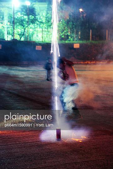 Kleine Jungs spielen mit Feuerwerk - p664m1590991 von Yom Lam