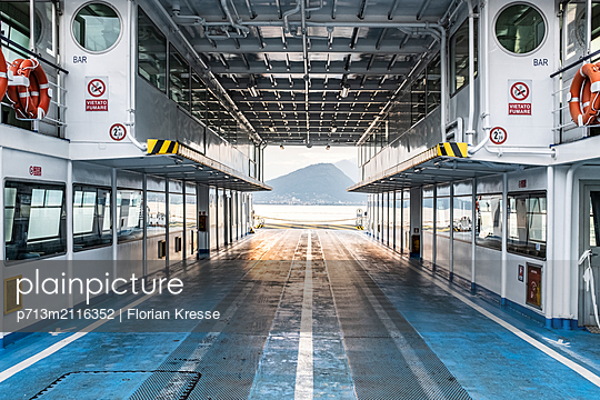 p713m2116352 by Florian Kresse