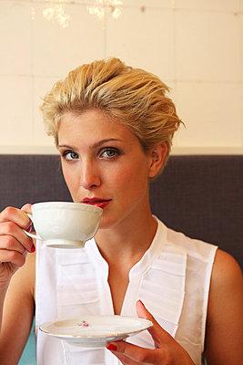 Junge Frau in einem Café - p045m826056 von Jasmin Sander