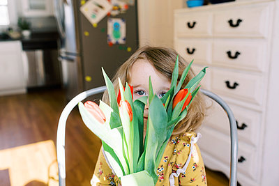 Little two year old girl holding a bunch of tulips. - p1166m2162803 by Cavan Images