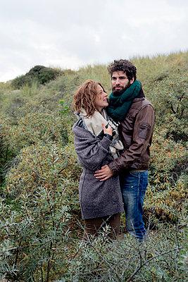 Junges Paar an der Küste - p1212m1185649 von harry + lidy