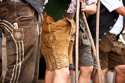 Männer in Lederhosen, Steiermark, Österreich - p1316m1160654 von Harald Eisenberger