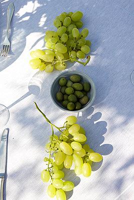 Tisch mit Trauben und Oliven, Masseria, Alchimia, Apulien, Italien - p1316m1160842 von Moritz Hoffmann