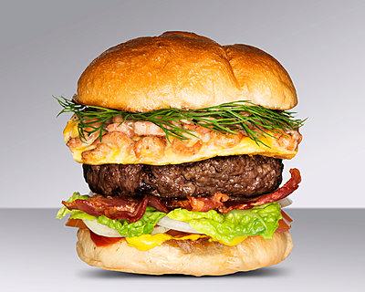 Finkenwerder Hamburger mit Krabbenomelett, Dill und krossen Speck - p1525m2093357 von Hergen Schimpf