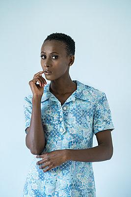 Afrikanerin in blauem Kleid - p427m1466660 von R. Mohr