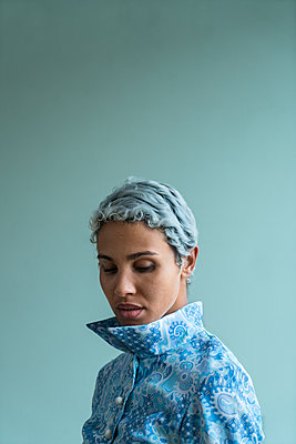 African woman wearing blue dress - p427m2044972 by Ralf Mohr