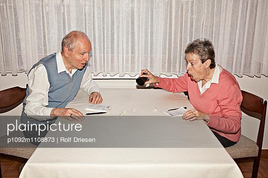 Altes Ehepaar beim Kniffel Spiel - p1092m1108873 von Rolf Driesen