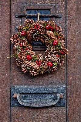Haustür mit Weihnachtskranz - p1057m2044753 von Stephen Shepherd