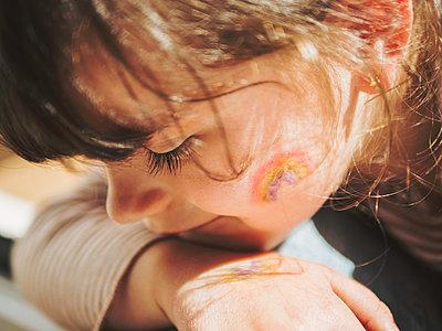 Mädchen mit Regenbogen auf dem Gesicht - p1522m2172332 von Almag