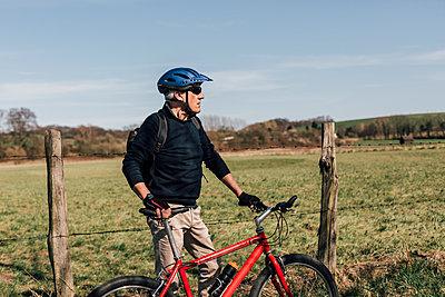 Mountainbiker with cycling helmet - p300m1581265 von Gustafsson
