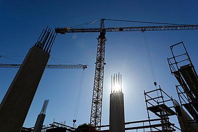 Germany, Bavaria, Geretsried, construction site, crane against the sun - p300m2042702 by Hans Lippert