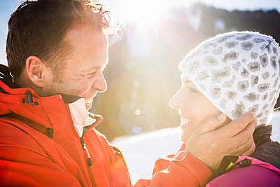 Happy affectionate couple in winter landscape, Achenkirch, Austria - p300m2206560 by Studio 27