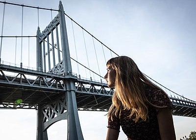 Young woman against Robert F. Kennedy Bridge - p758m2222586 by L. Ajtay