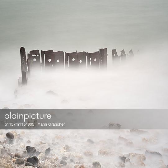 Wellenbrecher im Nebel - p1137m1154995 von Yann Grancher