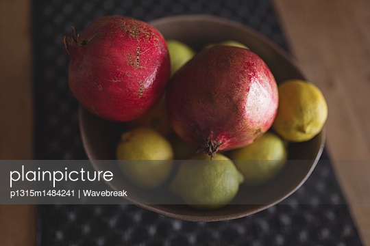 plainpicture | Photo library for authentic images - plainpicture p1315m1484241 - Bowl with fruit and lemon o... - plainpicture/Wavebreak