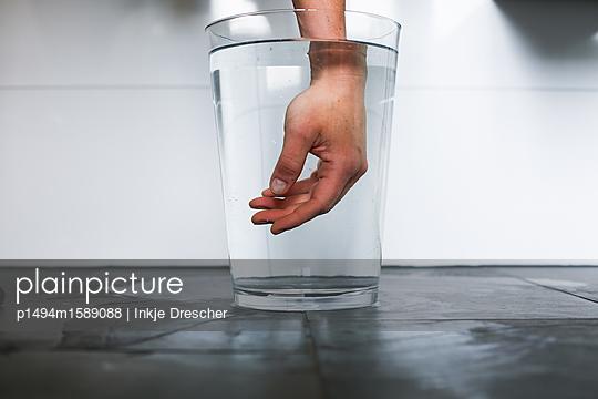 Hand im Wasserglas - p1494m1589088 von Inkje Drescher
