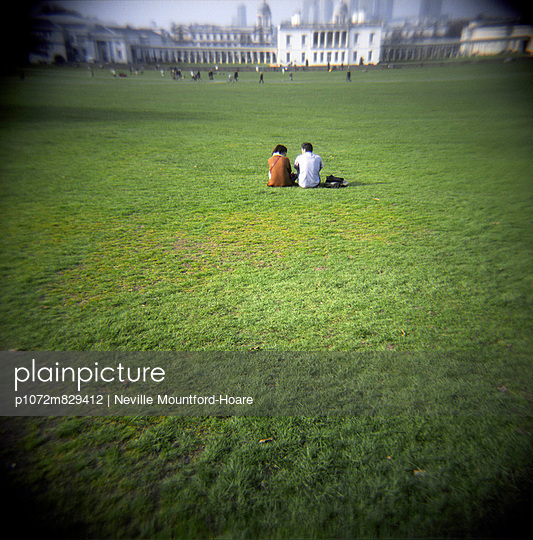 Couple sitting on Grass in Greenwich Park - p1072m829412 by Neville Mountford-Hoare