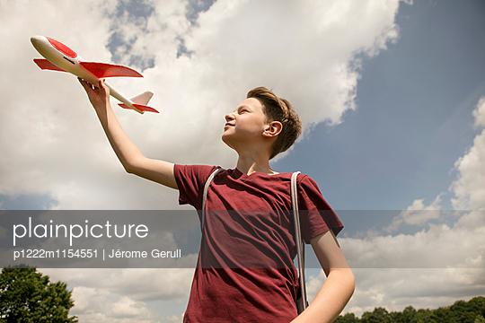 Kind mit Spielflugzeug - p1222m1154551 von Jérome Gerull