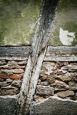 Morbide Hauswand - p1088m907729 von Martin Benner