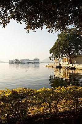 Palast auf dem See in Udaipur - p1259m1111479 von J.-P. Westermann