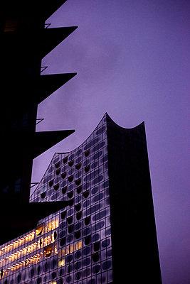Gewitter über dem Konzerthaus Elbphilharmonie, Hamburg - p1493m1584443 von Alexander Mertsch