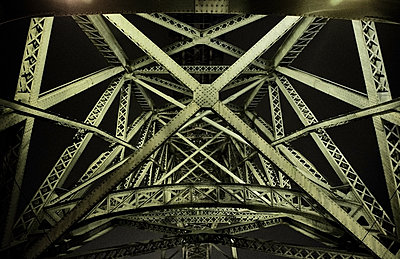 Portugal, Porto, Douro, Low angle view of Dom Luis I Bridge seen at night - p300m2144227 by Michael Reusse (alt)